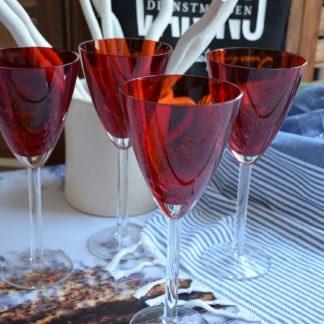 Hoge wijnglazen rood